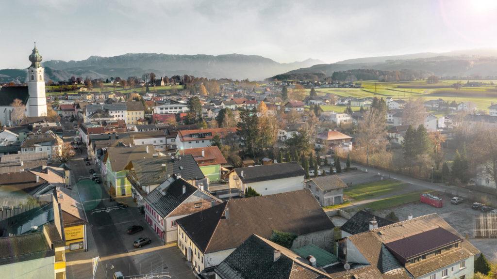 Ausblick aus der Ortschaft St. Georgen in Attergau: Berglandschaften