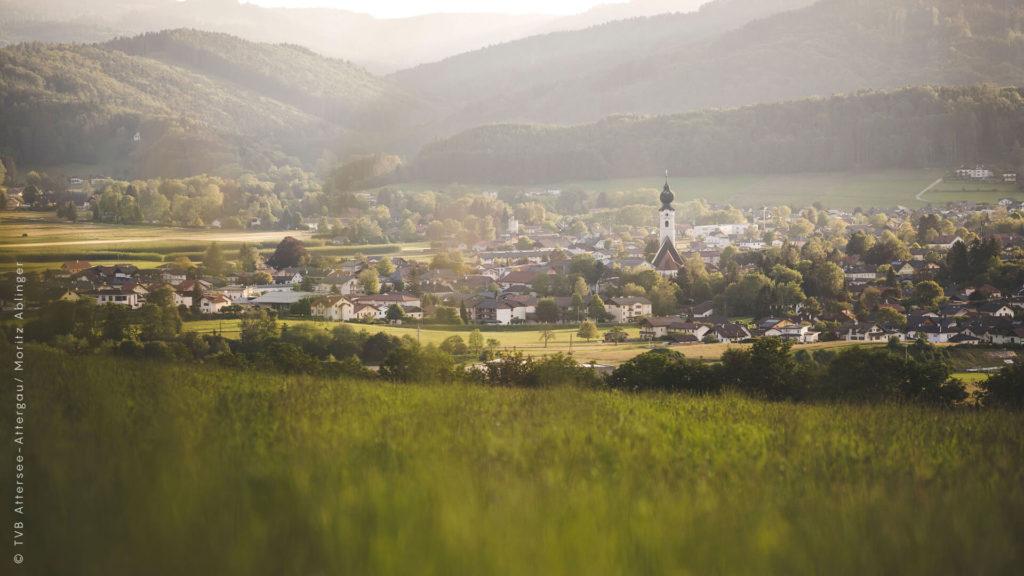 Sommerlicher Blick auf die Ortschaft St. Georgen in Attergau